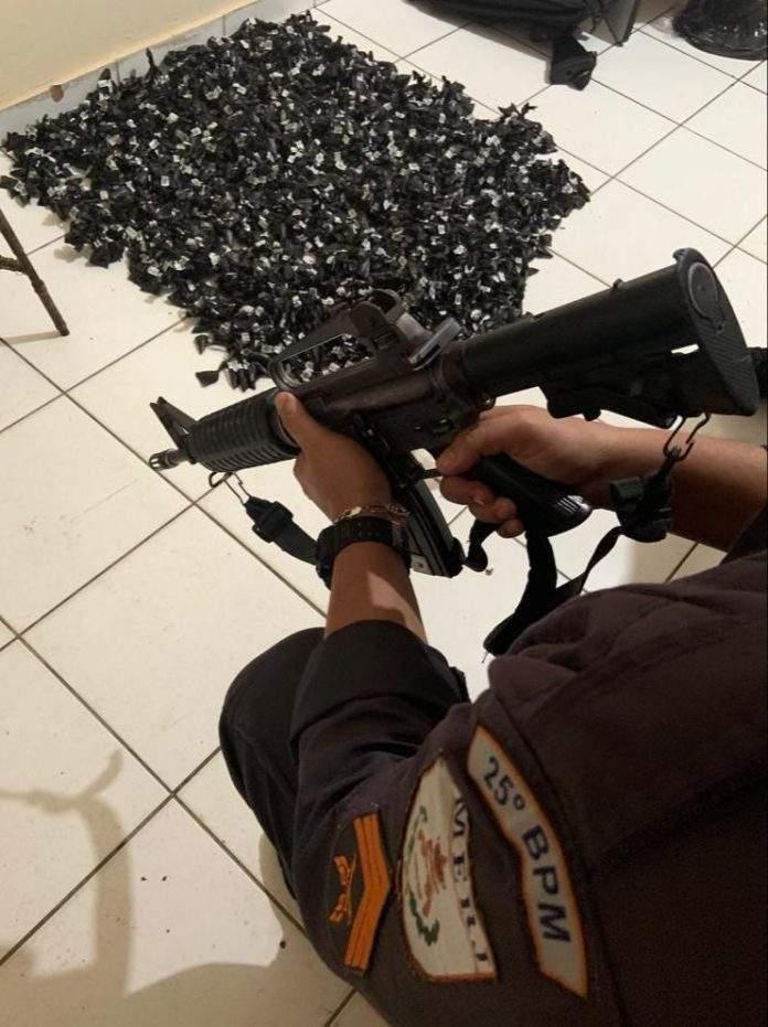 Após denúncias a polícia apreendeu 2100 pinos de cocaína nessa quinta-feira (04) em uma área de mata na comunidade do Jacaré, em Cabo Frio.
