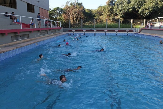 A prefeitura de Búzios por meio da secretaria de Esporte e Lazer oferece para a população diversas atividades físicas gratuitas. Uma delas é a escola de natação na piscina do INEFI.