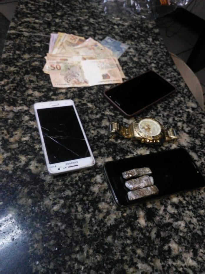 Dois homens foram presos em uma pousada no Jardim Excelsior, em Cabo Frio na manhã desta terça-feira (20).