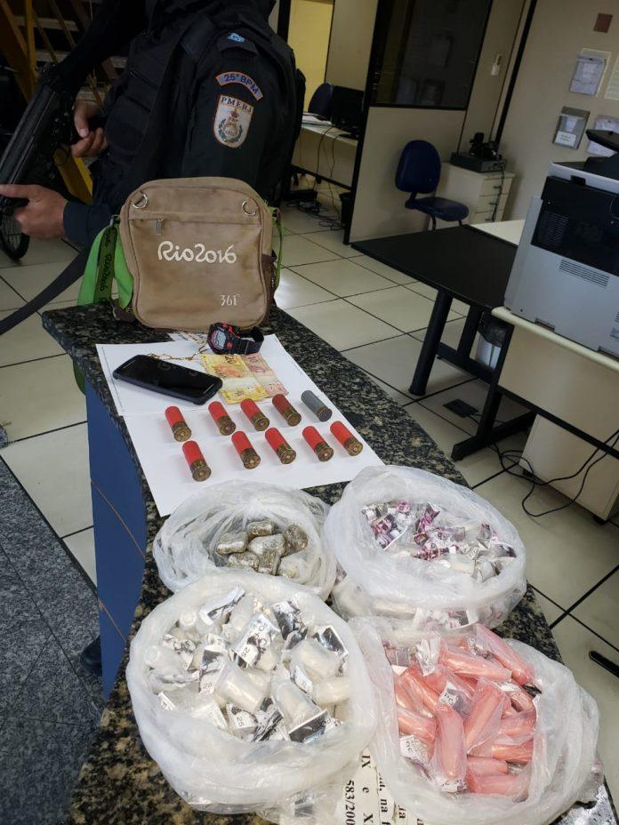 Dois homens foram presos em flagrante por tráfico de drogas em Unamar, Cabo Frio, nessa quinta-feira (01).