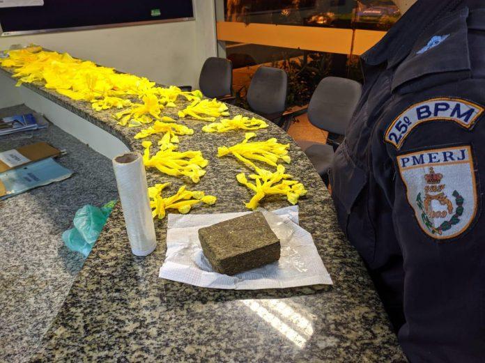 Após uma troca de tiros com suspeitos, a polícia apreendeu 114 sacolés de cocaína e aproximadamente 350 gramas de maconha nessa quinta-feira (01) em Búzios.