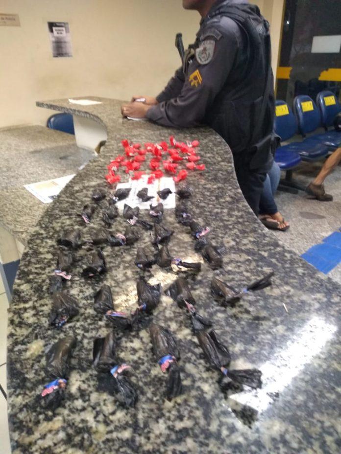 Um jovem foi apreendido com 53 cápsulas de cocaína nesta terça-feira (27), em Cabo Frio.