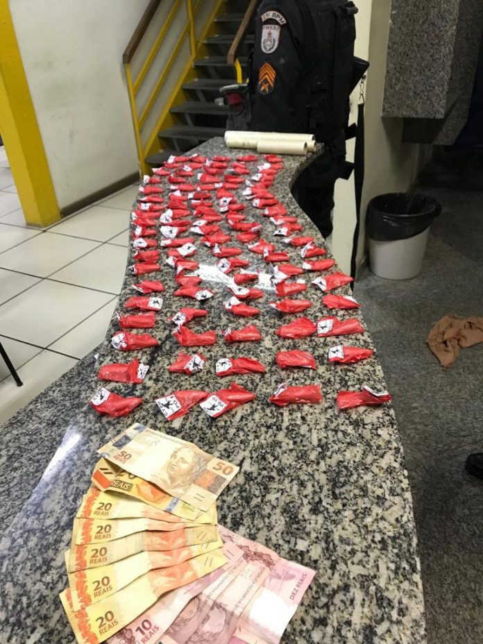 Um menor foi apreendido, nessa segunda-feira (26), após confessar a posse de 95 pinos de cocaína em Arraial do Cabo.