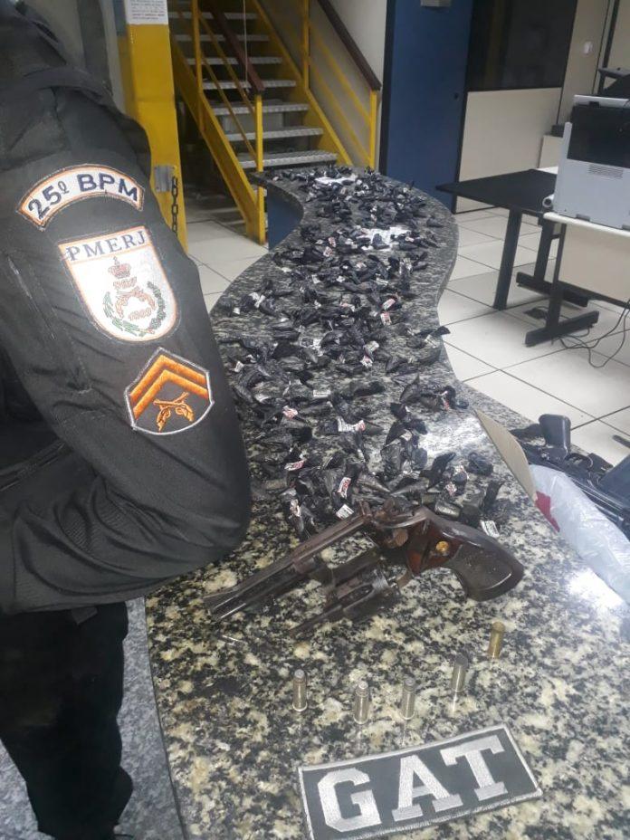 Um homem morreu e os outros conseguiram fugir após troca de tiros com policiais no Morro do Limão, em Cabo Frio, nesse domingo (18).
