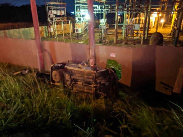 Uma mulher morreu e um homem foi preso depois de sofrerem um acidente fugindo da polícia, após roubarem um posto de gasolina nessa terça-feira (10) em São Matheus, São Pedro da Aldeia.