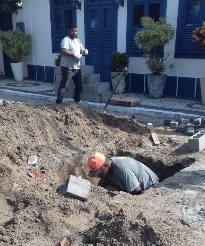 A Prefeitura de Cabo Frio, em parceria com a Prolagos, começou a construir nessa quarta-feira (11), no bairro Passagem, a primeira de quatro caixas de poços de visita no sistema de esgotamento sanitário da localidade.